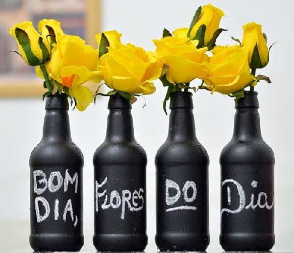 Flor amarela pequena em garrafas decorativas