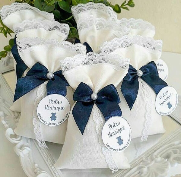 Perfumed sachet for souvenir with white fabric and blue bow
