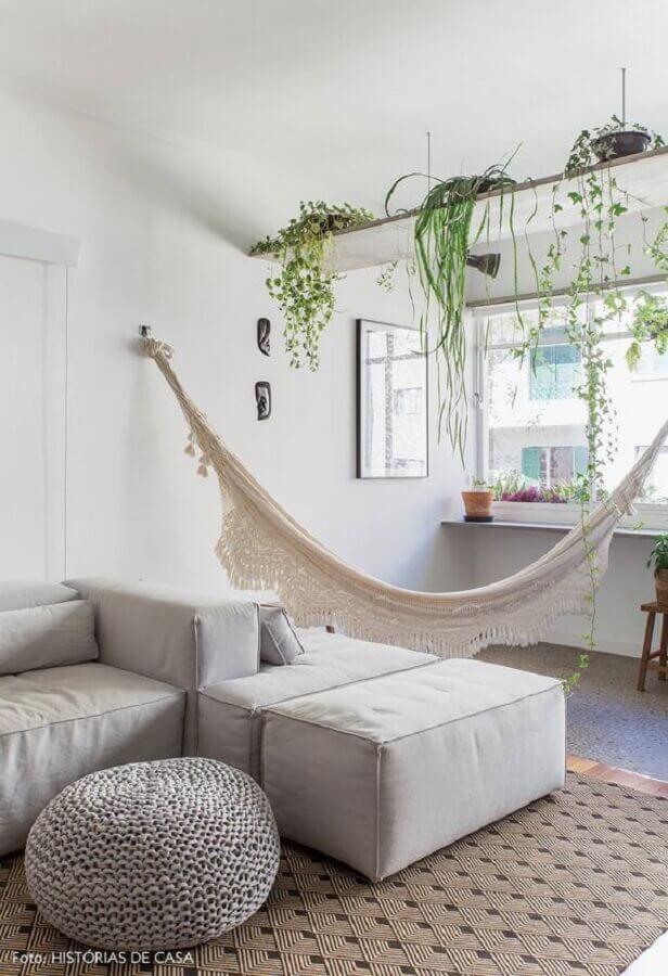 Sala de estar branca decorada com plantas pendentes e rede Foto Casa de Valentina