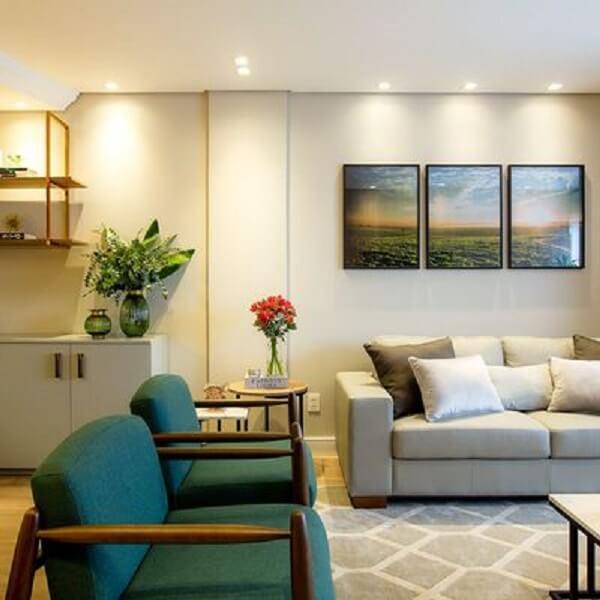Sala de estar com detalhes de flores, plantas e quadros