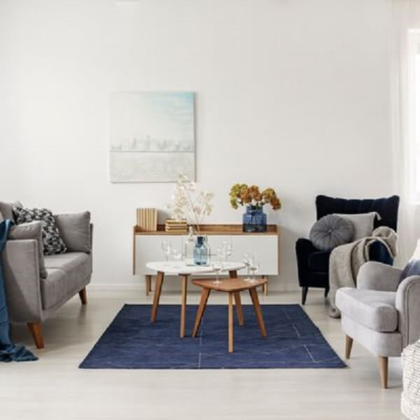 Sala de estar com tapete se destacando no centro