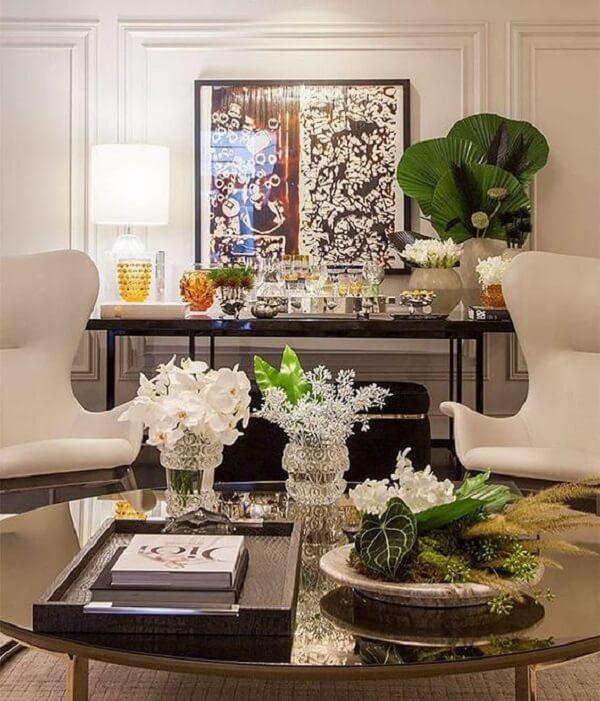 Sala de estar decorada com coqueiro de jardim da espécie leque