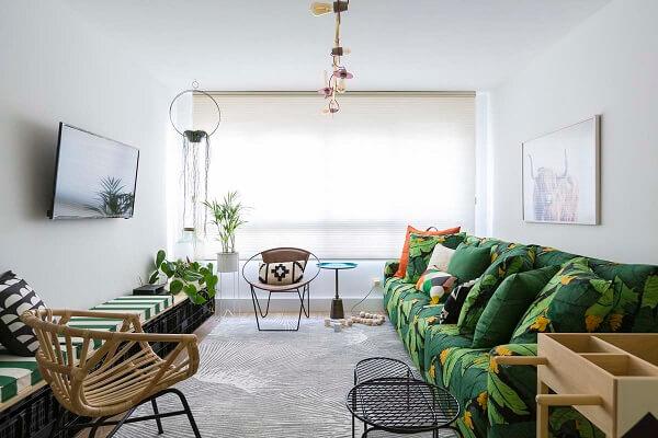 Sala neutra com sofá modular estampado