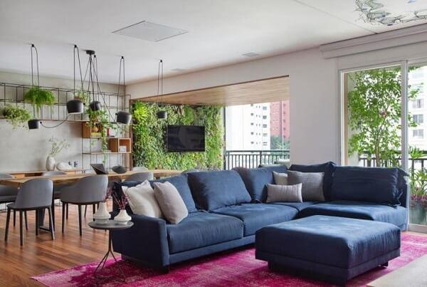 Sofá modular colorido se harmoniza com o tapete rosa