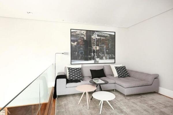 Sofá modular com chaise alinhado na parede