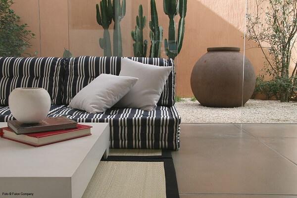 Sofá modular com tecido estampado decora o espaço