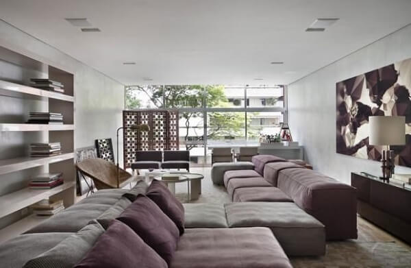 Sofá modular de veludo e aparador de madeira