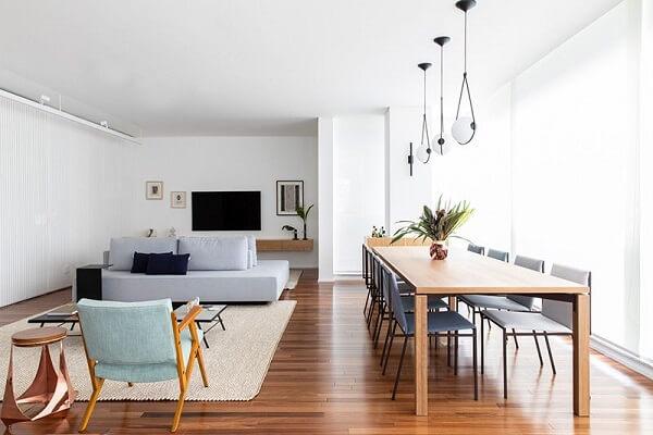Sofá modular na cor cinza e mesa de centro preta