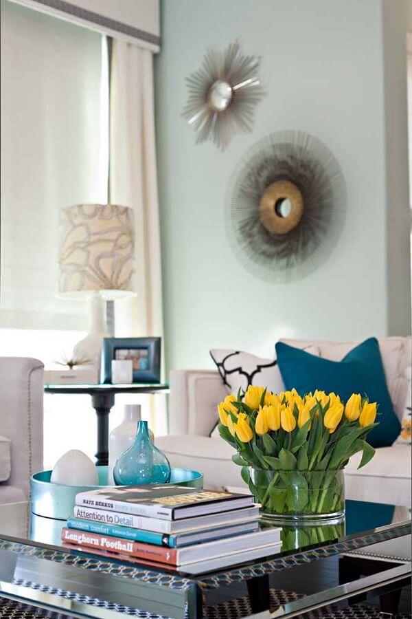 Traga um ponto de cor para a sala de estar incluindo flores amarelas na decoração
