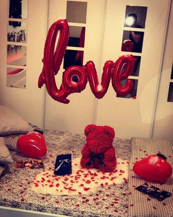 Um ursinho fofo sempre tira suspiros e deixa a decoração de quarto dia dos namorados ainda mais especial
