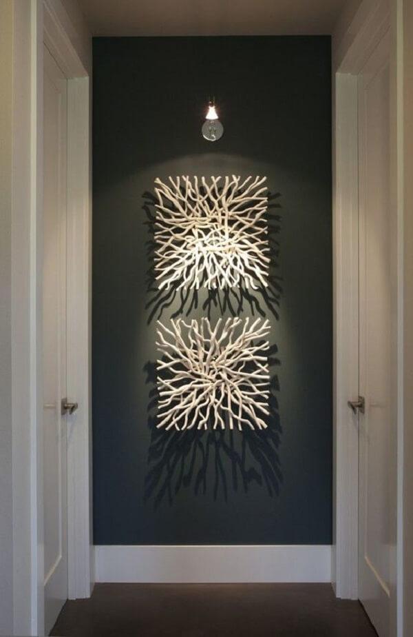 Use spot de luz para realçar a escultura de parede