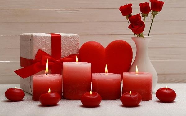 Velas em tons de vermelho para a decoração de quarto dia dos namorados