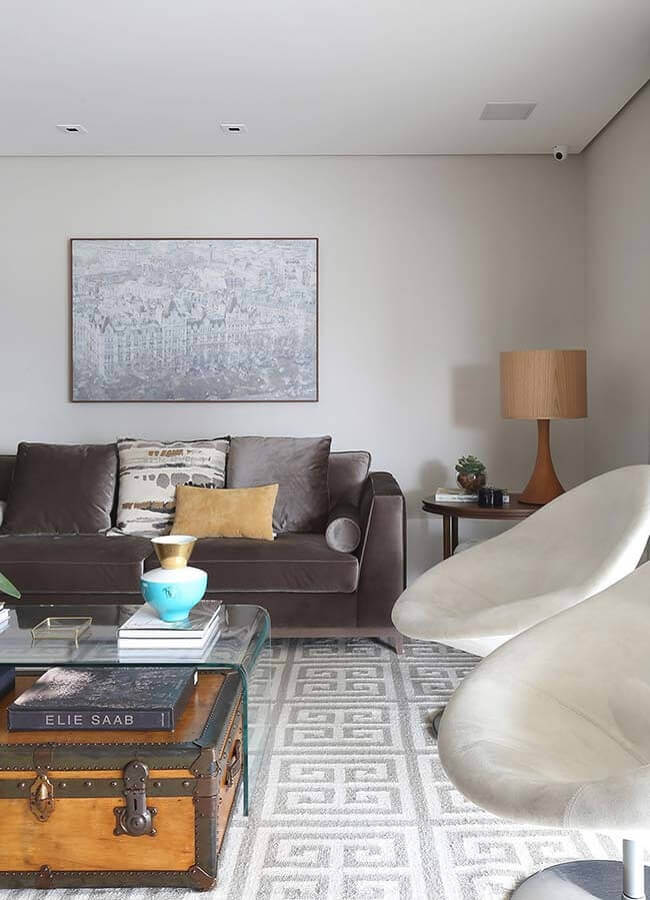 abajur bege para decoração de sala com poltronas brancas e sofá cinza Foto Karen Pisacane