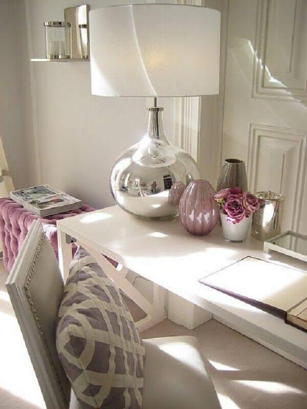 abajur branco com base prata para decoração de escrivaninha Foto Constance Zahn