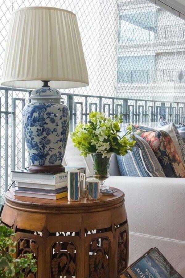 abajur clássico de porcelana com cúpula branca Foto Maria Rudge