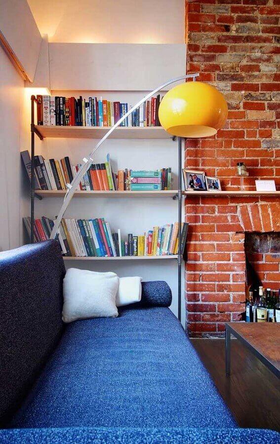 abajur de chão amarelo para decoração de sala com parede de tijolinho à vista Foto Houzz