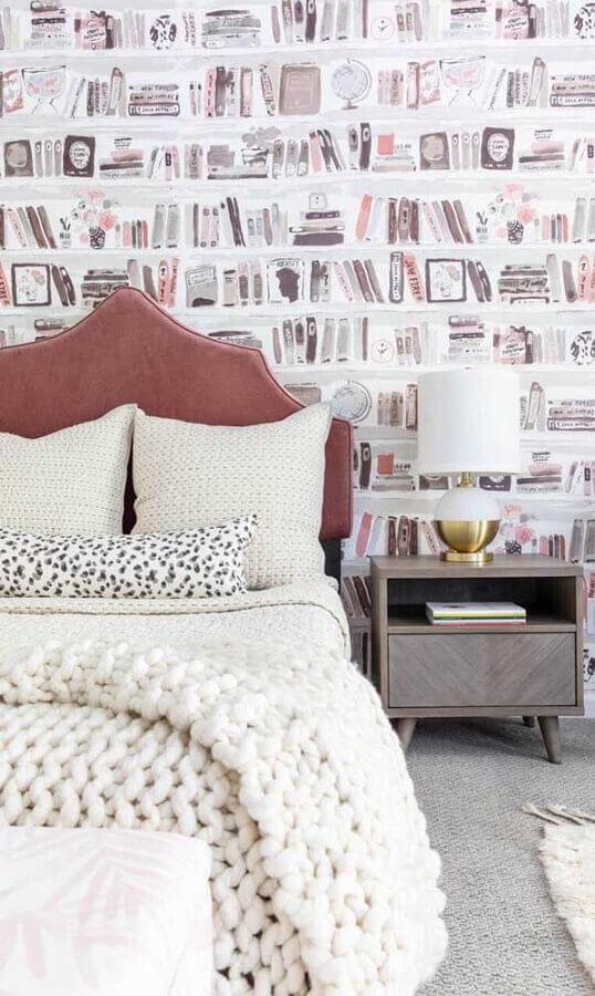abajur para quarto decorado com papel de parede de livros Foto Pinterest