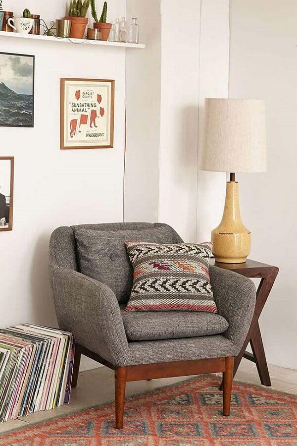 abajur para sala decorada com poltrona cinza Foto Archzine