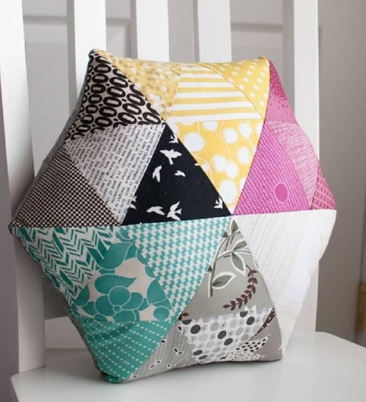 almofada colorida com retalhos de tecidos