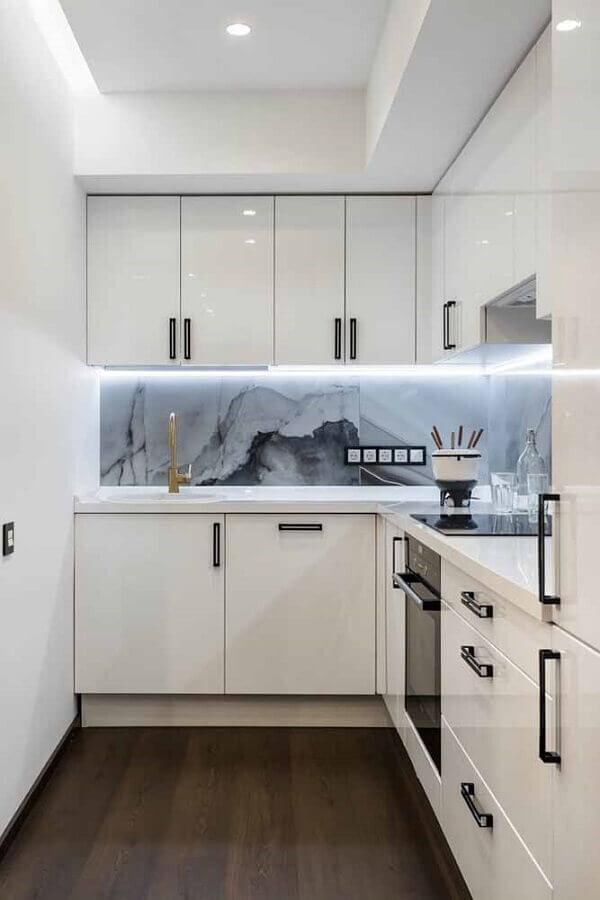 armários de cozinha completa planejada toda branca com mármore na parede Foto Yandex