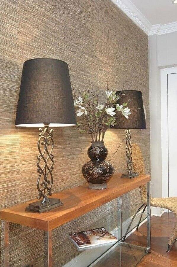 aparador de madeira decorado com abajur grande Foto Pinterest