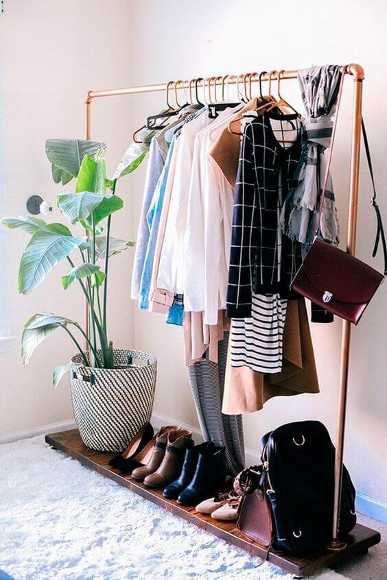 Use a arara para closet para pendurar roupas e manter o ambiente organizado
