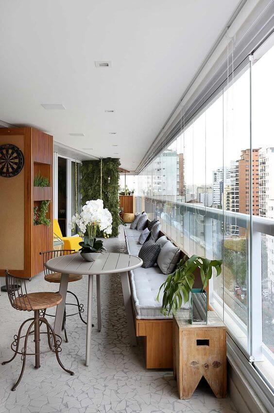 Área gourmet com churrasqueira e mesa confortável