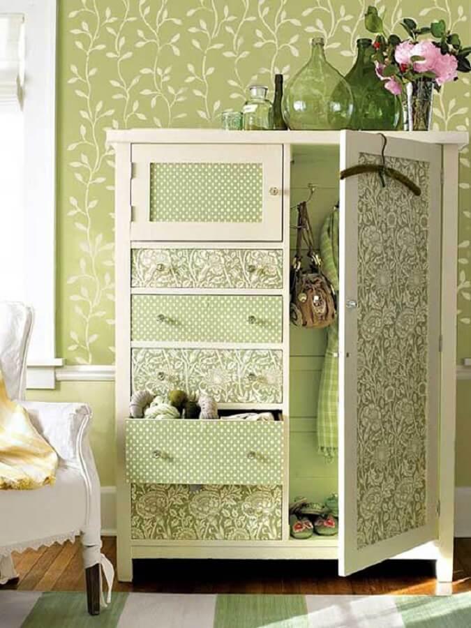 armário antigo decorado com retalhos de tecidos