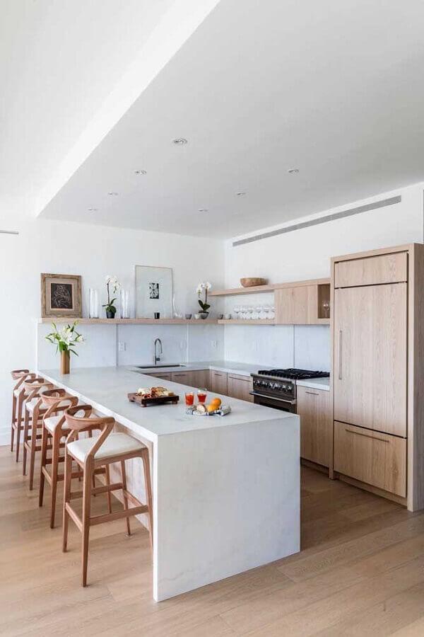armários de madeira para decoração de cozinha completa em U com bancada branca Foto Houzz