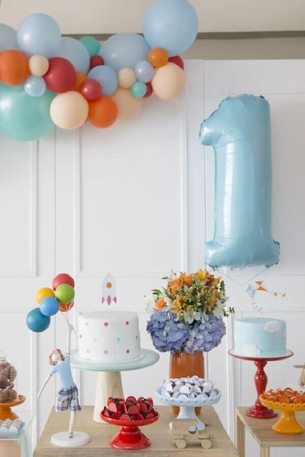 arranjo com balões coloridos para decoração de festa de aniversário infantil simples Foto Pinterest