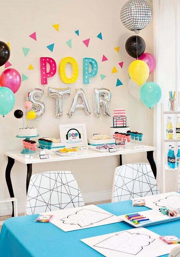 balões coloridos para festa infantil simples com luminárias de letreiros Foto Home Fashion Trend