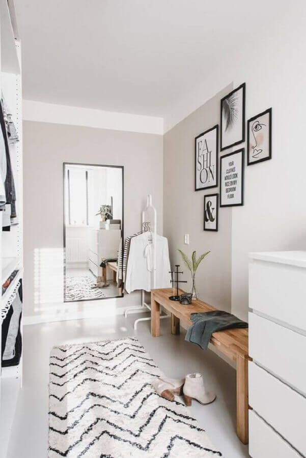 banco de madeira e tapete passadeira para closet todo branco Foto Archilovers