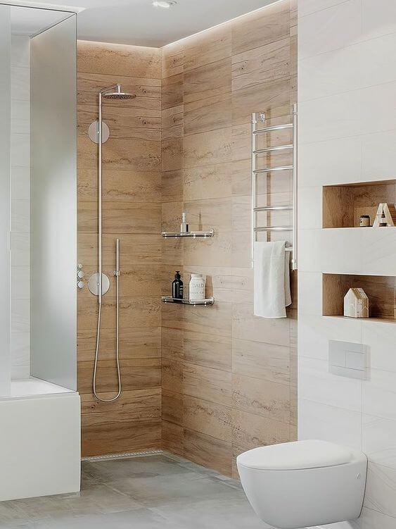 Banheiro com porcelanato amadeirado claro