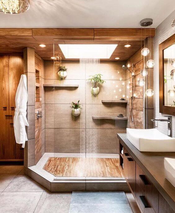 Banheiro moderno com porcelanato amadeirado