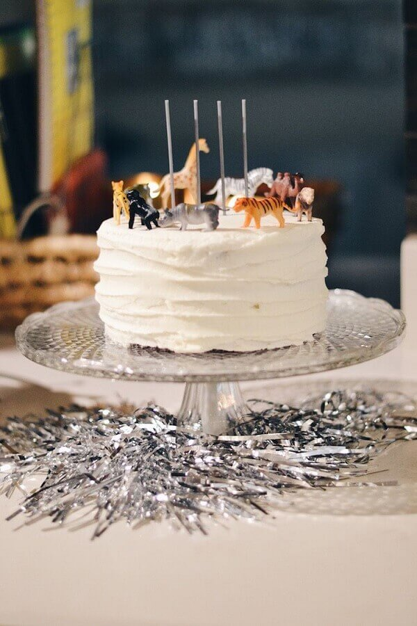bolo branco decorado com pequenos bonequinhos de animais para decoração de festa infantil simples Foto Ultimas Decoração