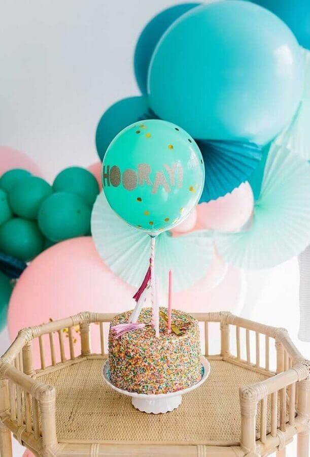 bolo colorido e arranjos com balões azuis para decoração de festa infantil simples Foto A Minha Festinha