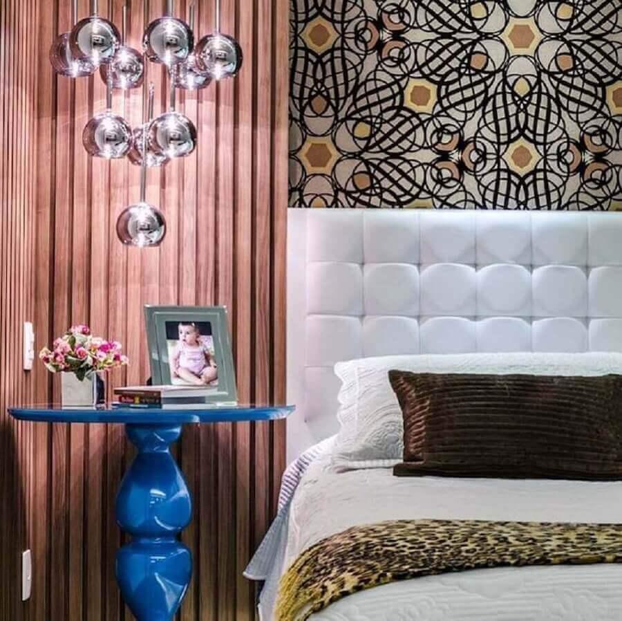 cabeceira casal branca para quarto decorado com mesa lateral azul e papel de parede Foto Carla Sampaio