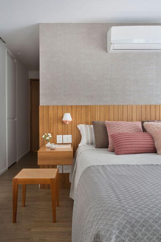Cabeceira de madeira no quarto cinza