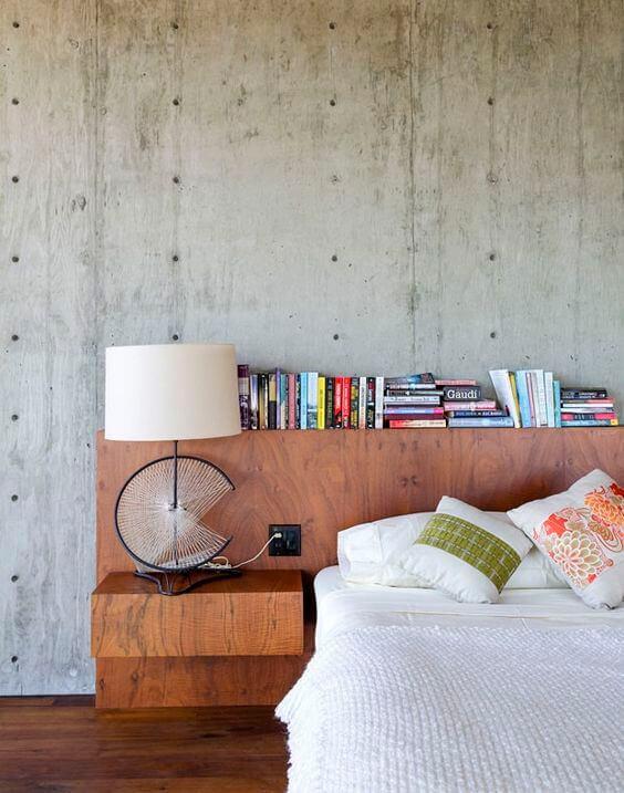 Cabeceira de madeira com livros apoiados