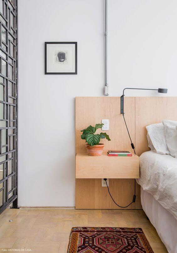 Cabeceira moderna de madeira com vaso de flores