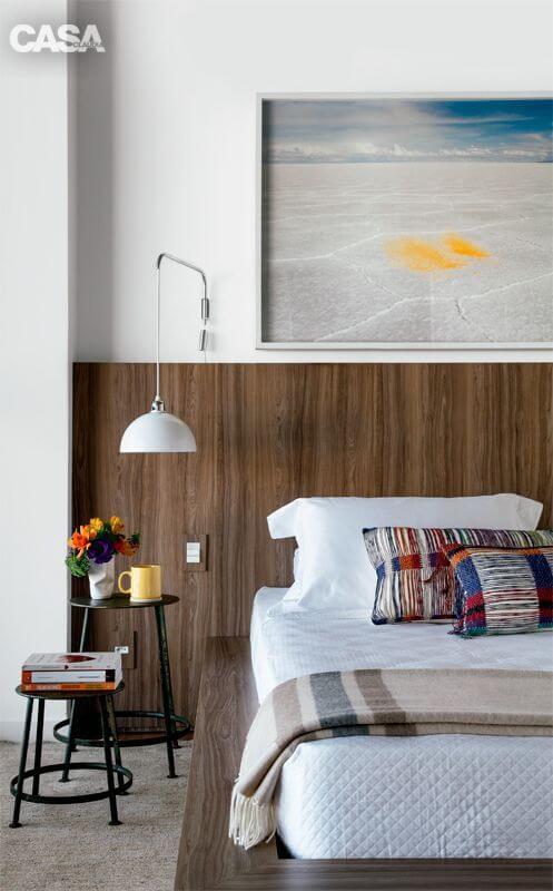 Cabeceira de madeira no quarto de casal