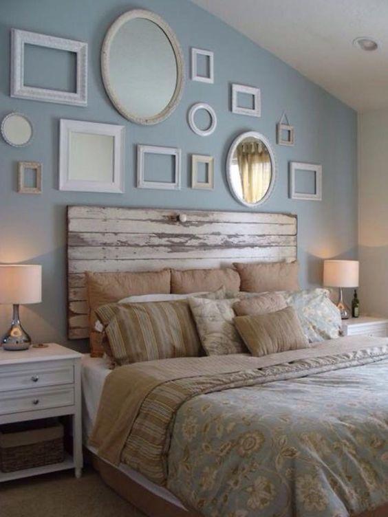 Cabeceira de madeira no quarto de solteiro