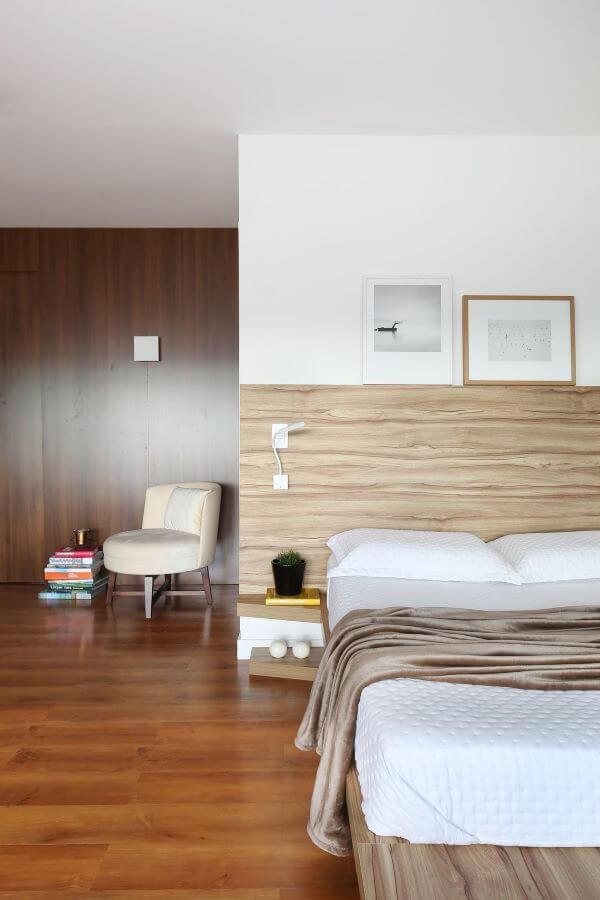 Cabeceira de madeira no quarto clean e moderno