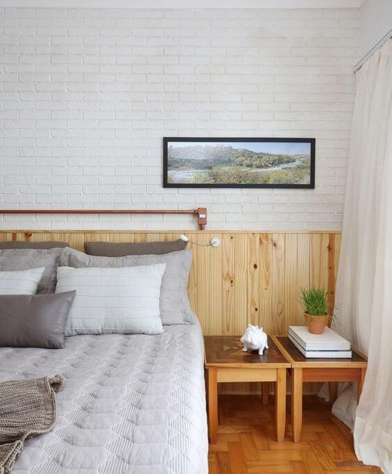 Cabeceira de madeira com papel de parede de tijolinho
