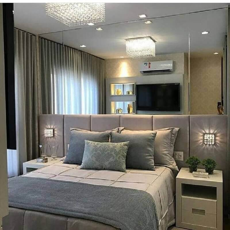 cabeceira estofada casal cinza para quarto planejado com parede espelhada Foto Pinterest
