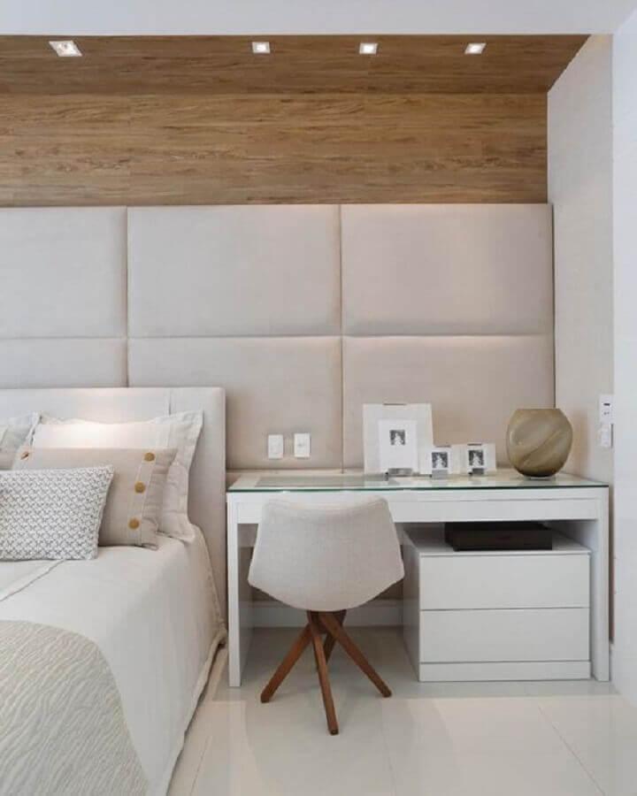 cabeceira estofada casal para quarto todo branco com detalhe em madeira Foto Archilovers