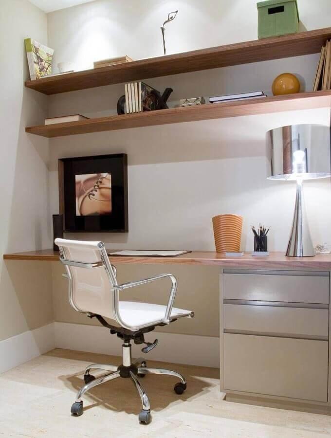 cadeira de escritório branca com estrutura de aço inox Foto Marília Veiga