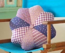 cadeira decorada com almofada de retalhos de teciso