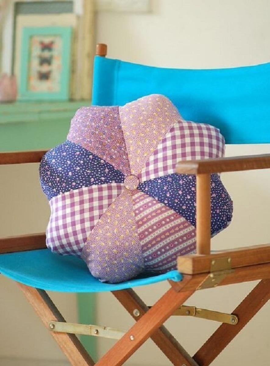 cadeira decorada com almofada de retalhos de tecido