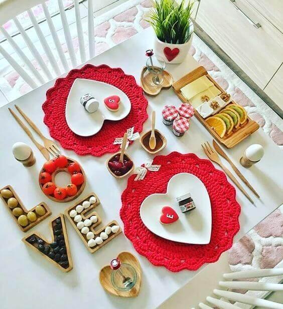 Café da manhã no dia dos namorados com decoração romântica
